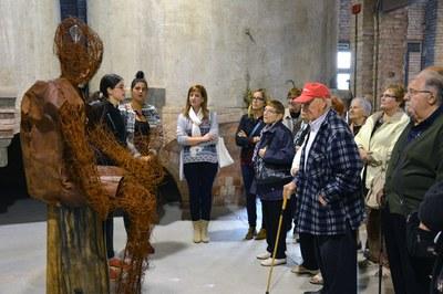 Els membres del Consell Consultiu de la Gent Gran, visitant l'exposició del Peacock Rubí Art Festival 2015.