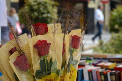 Les parades de llibres i roses se situaran davant dels establiments (foto: Ajuntament de Rubí).