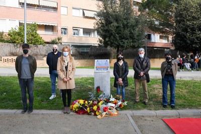 Un moment de l'ofrena floral institucional a la plaça de la República (foto. Ajuntament de Rubí – Localpres).