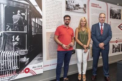 """El regidor de Cultura, l'alcaldessa i el director general d'FGC a l'exposició """"Cent anys de tren"""" (foto: Cesar Font)."""