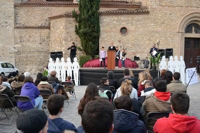 L'acte de lectura del manifest ha congregat a més d'un centenar de persones a la plaça del Doctor Guardiet (foto: Localpres).