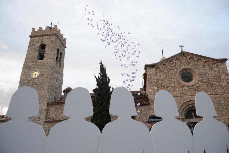 A la plaça del Doctor Guardiet, unes siluetes blanques recordaven les dones assassinades a mans de les seves parelles o exparelles aquest any (foto: Localpres)