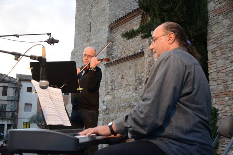Durant l'actuació dels professors de l'Escola Municipal de Música Pere Burés s'han enlairat globus blancs i liles (foto: Localpres)