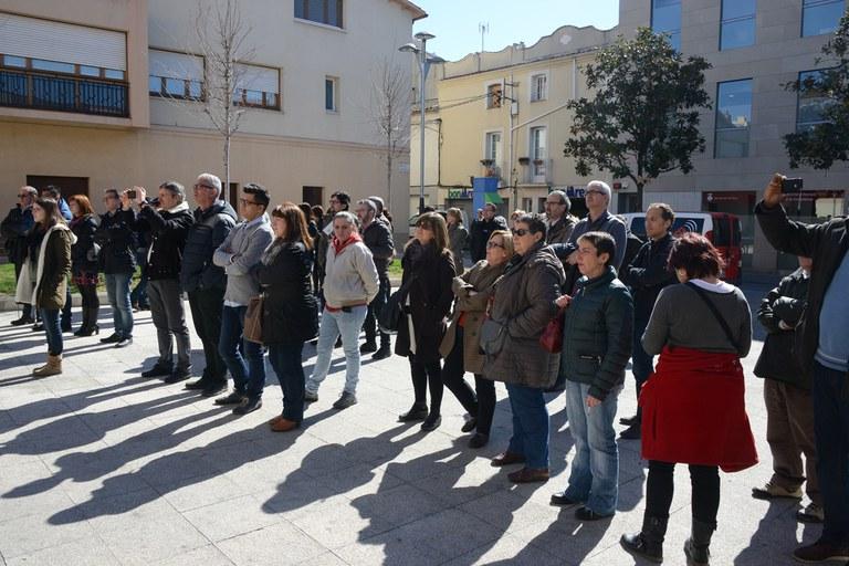 Desenes de persones s'han reunit davant l'Ajuntament per assistir a l'acte (foto: Localpres)