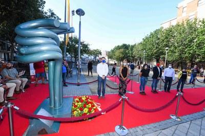 """L'ofrena s'ha fet al monument """"Dempeus"""" (foto: Ajuntament de Rubí - Localpres)."""