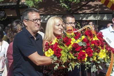 Moment de l'ofrena floral de l'Ajuntament (foto: Cesar Font).
