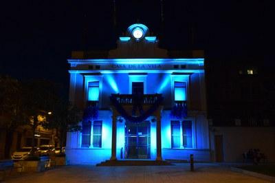 La façana de l'Ajuntament il•luminada (foto: Localpres).