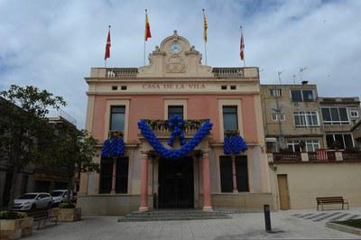 L'Ajuntament s'ha decorat amb globus i llums blaus (foto: Localpres)