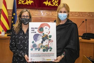 La regidora d'Igualtat i l'alcaldessa amb el cartell d'enguany del 25N a Rubí (foto: Ajuntament de Rubí – Lali Puig).