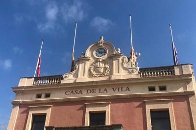 Les banderes de la casa consistorial onegen a mig pal (foto: Ajuntament de Rubí – Localpres).