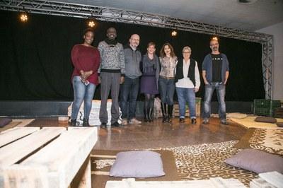 La regidora i la Síndica, acompanyades del dramaturg Ferran Joanmiquel i dels participants al debat (foto: Ajuntament – Lali Puig).