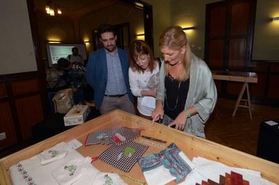 L'alcaldessa i els regidors de Serveis a les Persones i de Cultura han visitat l'exposició (foto: Localpres).