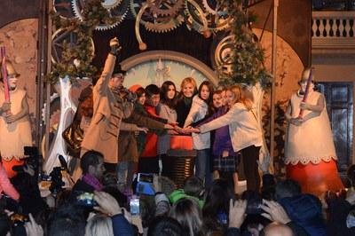 L'alcaldessa i membres del Consell dels Infants han encès la il·luminació de Nadal (foto: Localpres).