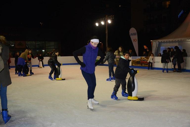 La pista de gel a la plaça de la Nova Estació estarà operativa fins el 10 de gener (foto: Localpres)