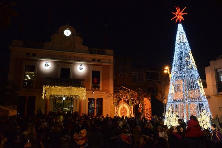 La principal novetat d'aquest Nadal és l'arbre artificial de 8 metres d'alçada que presideix la plaça de Pere Aguilera (foto: Localpres)