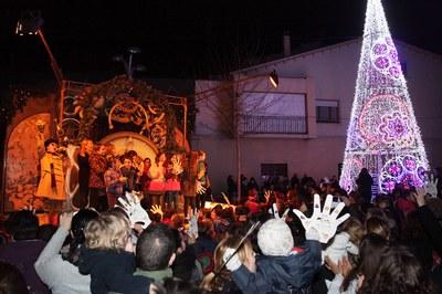 L'acte d'encesa de llums ha comptat amb l'espectacle del Carilló de Nadal de la companyia La Tal per segon any consecutiu (Foto: Localpres).