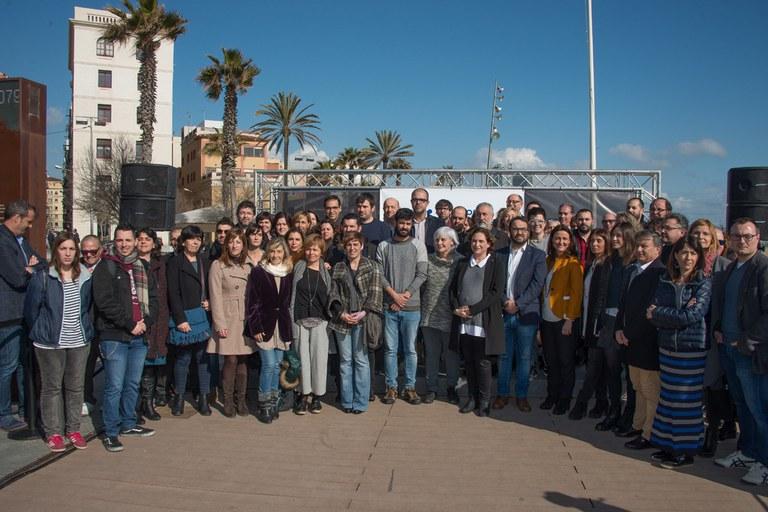 """La regidora Marta García, amb altres representants municipals a l'acte convocat per """"Casa nostra és casa vostra"""" (foto: Localpres)"""