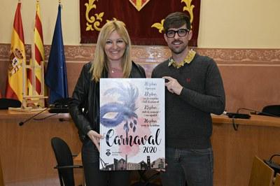 L'alcaldessa i el regidor, amb el cartell dissenyat per Teresa Frago (foto: Ajuntament de Rubí – Localpres).