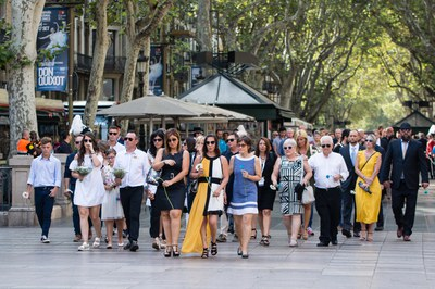 L'alcaldessa ha acompanyat els familiars de les víctimes a l'ofrena floral de la Rambla (foto: Galdric Peñarroja).