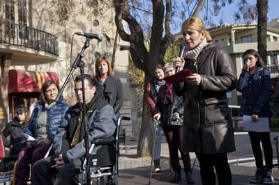 Ana María Martínez durant el seu parlament en l'acte reivindicatiu del Dia Internacional de les Persones amb Diversitat Funcional que ha tingut lloc a Plaça Catalunya.