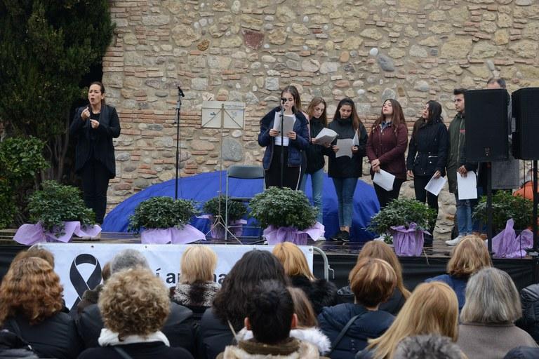Lectura del manifest amb l'alumnat de l'INS L'Estatut (foto: Localpres)
