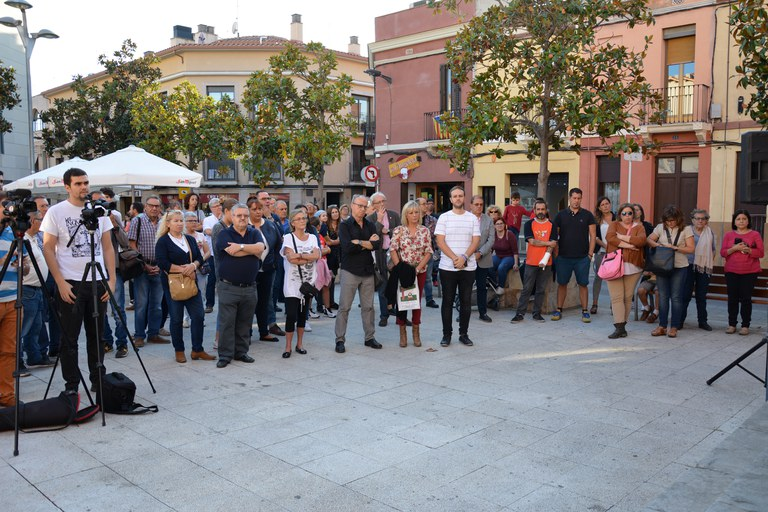 Ciutadania congregada a la plaça de l'Ajuntament
