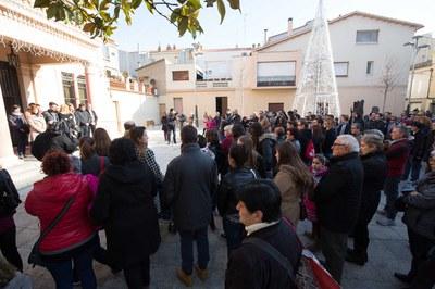 Desenes de persones han acudit a la plaça de Pere Aguilera per mostrar el seu suport a la família del rubinenc (foto: Localpres).