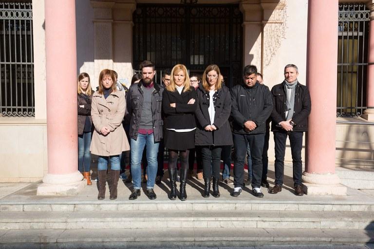 L'alcaldessa, membres de l'equip de govern i altres regidors del consistori han presidit el minut de silenci (foto: Localpres)