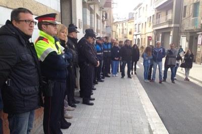 El minut de silenci ha tingut lloc aquest dilluns al matí davant la comissaria de la Policia Nacional.