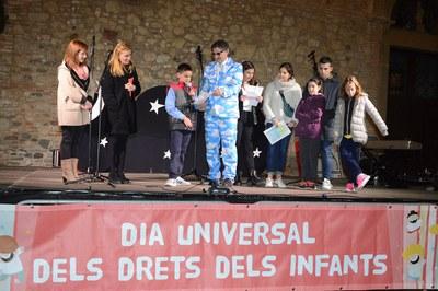 L'alcaldessa i la regidora de l'Àrea de Serveis a les Persones, acompanyant els membres del Consell dels Infants que han llegit el manifest (foto: Localpres).