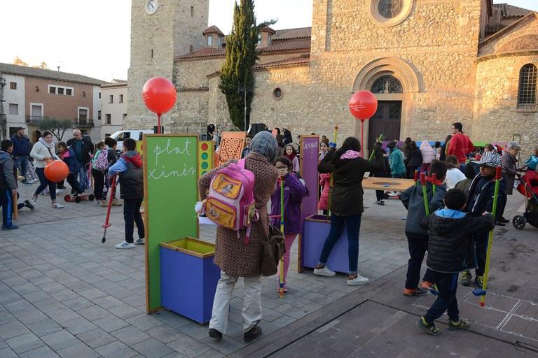 La plaça del Doctor Guardiet s'ha omplert de canalla i les seves famílies (foto: Localpres)