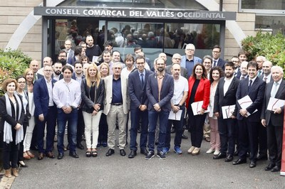 Els signants del pacte davant del Consell Comarcal del Vallès Occidental (foto: CCVOC).