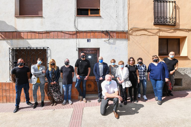 Autoritats i família davant la casa de Neus Català (foto: Ajuntament de Rubí - Localpres)