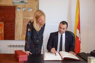 L'alcalde de Terrassa ha signat al Llibre d'Honor de l'Ajuntament de Rubí (foto: Localpres)