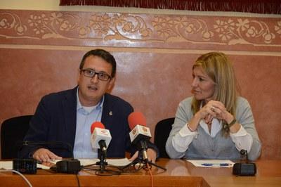 El regidor de l'Àrea de Desenvolupament Econòmic Local, Rafael Güeto, i l'alcaldessa, Ana María Martínez, durant la presentació del congrés (foto: Localpres).