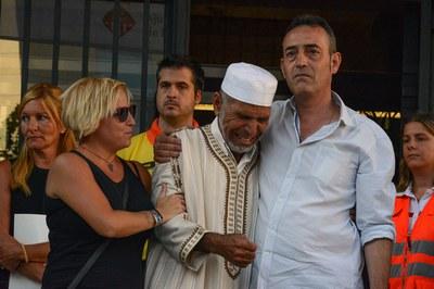 Els dies posteriors als atemptats, els pares de l'infant rubinenc mort a la Rambla van protagonitzar una de les imatges més emotives quan es van abraçar a un representant de la mesquita de la ciutat (foto: Localpres).