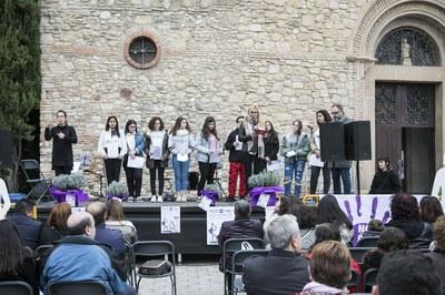 L'alcaldessa, acompanyada del joves encarregats de fer lectura del manifest (foto: Ajuntament – Lali Puig).