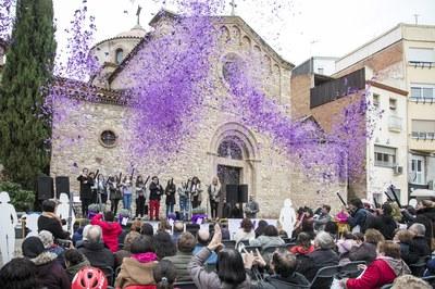 Confeti lila al final del manifest (foto: Ajuntament - Lali Puig)