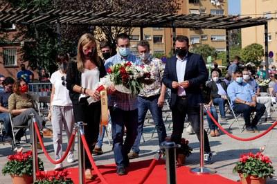 Un moment de l'ofrena floral (foto: Ajuntament de Rubí – Localpres).