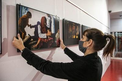 Eva Parey ultimant l'exposició de la biblioteca (foto: Ajuntament de Rubí – Lali Puig).