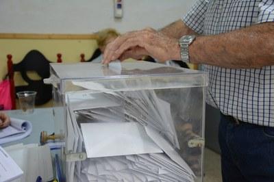 A les 20 h, moltes urnes presentaven aquest aspecte, sinònim de l'alta participació registrada en aquests comicis.