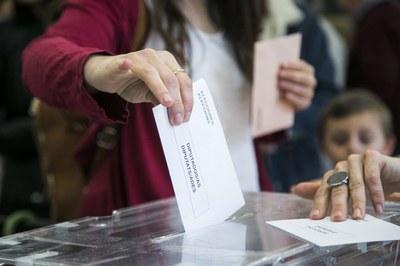 Una electora rubinenca votant (foto: Ajuntament de Rubí - Lali Puig).