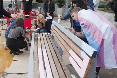 L'alcaldessa ha col•laborat amb familiars i amics de l'Alan pintant el banc (foto: Cesar Font).