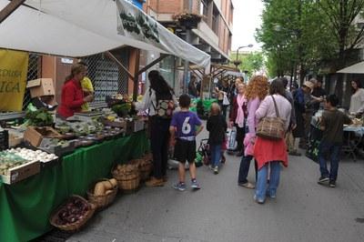 Al passeig de Francesc Macià s'hi van ubicar les parades del Mercat Ecològic del Vallès i els comerços i restaurants ecològics de Rubí (foto: Localpres)