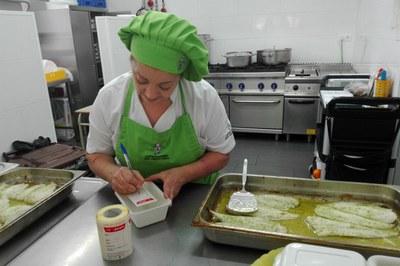 La cuinera de l'Escola Montessori, emmagatzemant el menjar sobrant