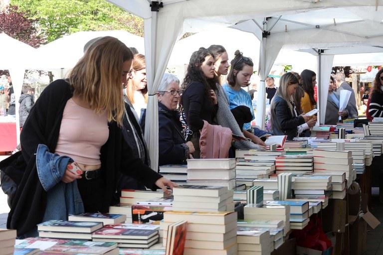 La pl. Doctor Guardiet ha acollit les parades dels llibreters locals (foto: Ajuntament – Lali Puig)