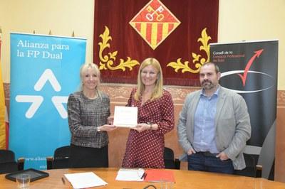 Un moment de l'acte de signatura del conveni (foto: Ajuntament de Rubí – Localpres).