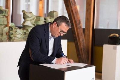 El regidor Rafael Güeto en el moment de signar el document.