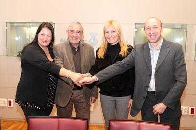 Els quatre alcaldes, un cop signat el conveni (foto: Lali Álvarez).