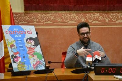 El regidor de cultura amb el cartell de Carnaval.
